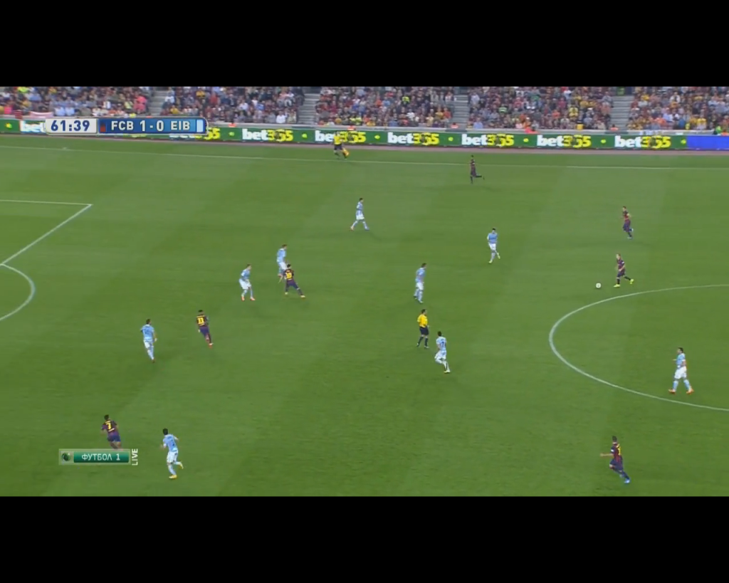 Iniesta free of pressure before his direct pass to Pedro who missed a 1 vs. 1.